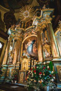 ołtarz główny z obrazem Niepokalanego Poczęcia NMP na zasłonie