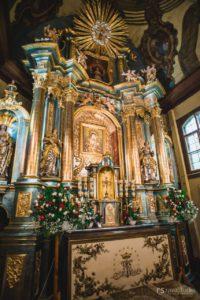 Ołtarz z odsłoniętym obrazem Matki Bożej Pocieszenia